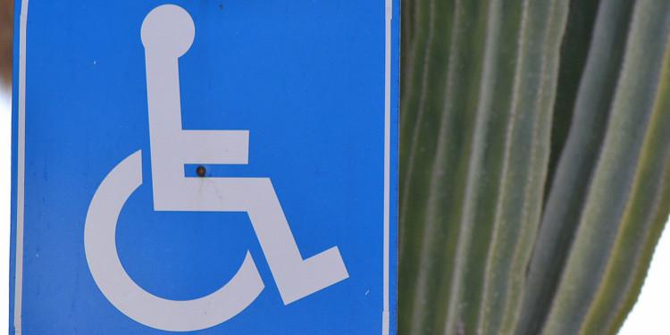 discapacidad silla ruedas anuncio