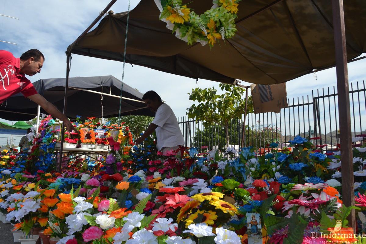 Hasta 30 000 personas esperan los panteones de la paz este for Jardines del recuerdo